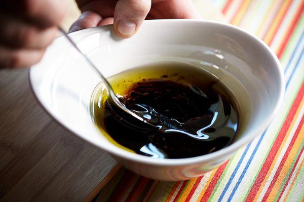 Приготовление салатной заправки в небольшой ёмкости
