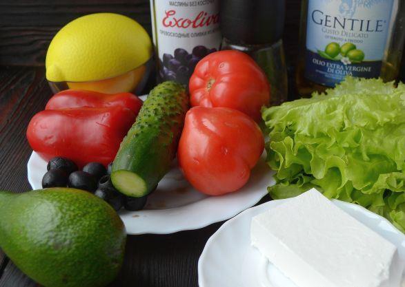 Продукты для приготовления салата из авокадо, овощей и сыра фета