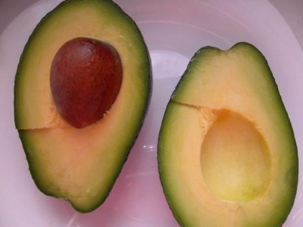Разрезанный на половины плод авокадо