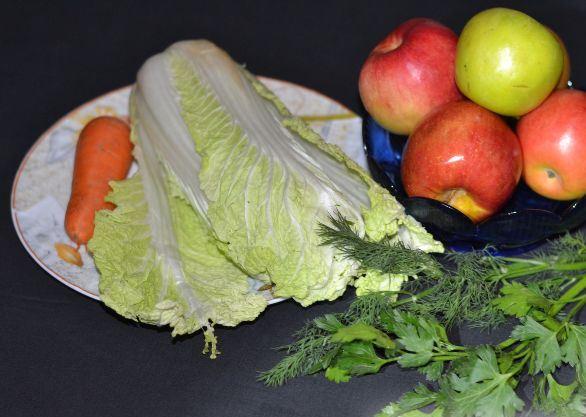 Продукты для приготовления салата из пекинской капусты с яблоком и морковью на столе