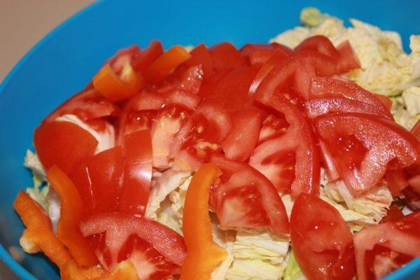 Пекинская капуста, болгарский перец и помидоры для салата в голубой ёмкости