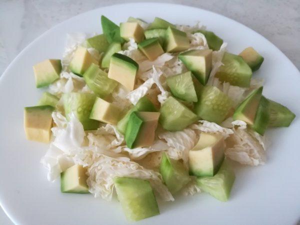 Пекинская капуста, свежий огурец и мякоть авокадо для салата