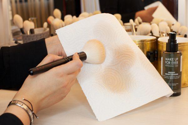 Кисть для макияжа очищают специальным аэрозольным средством