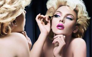 Девушка с кистями для макияжа