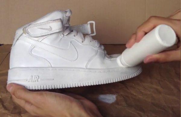 Белые кроссовки и краска для обуви