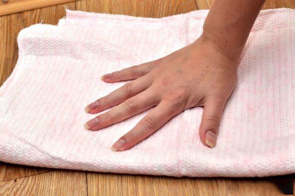 Куском ткани протирают пол
