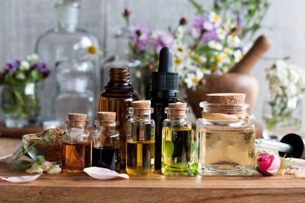 Эфирные масла во флаконах на столе