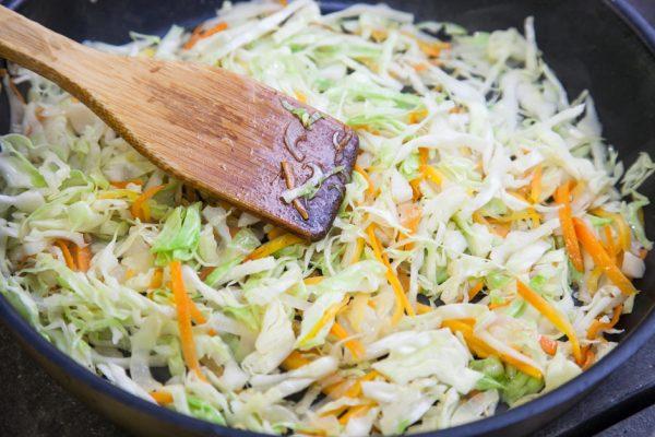 Обжаривание капусты с морковью и луком