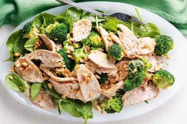 Готовый салат из куриной грудки и брокколи