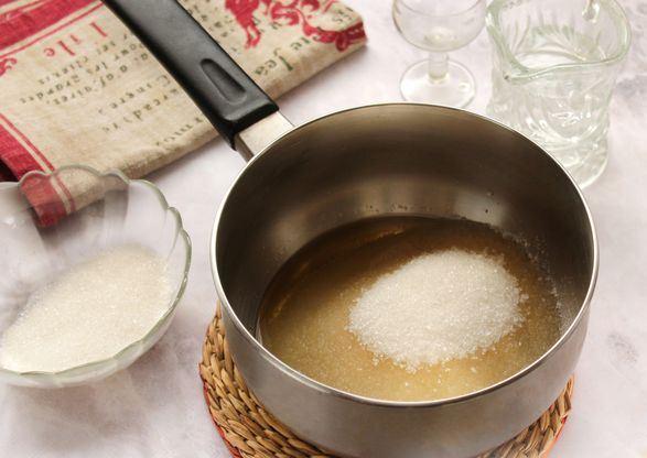 Сахарный песок в металлической кастрюльке с жидкостью