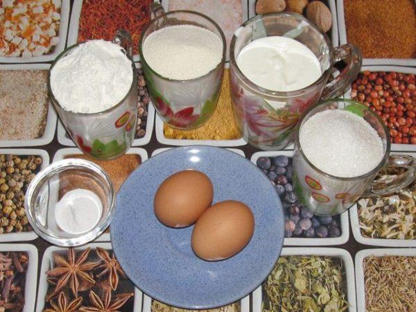 Продукты для приготовления классического манника на сметане на столе