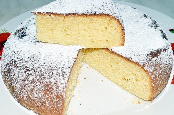 Посыпанный сахарной пудрой манник на тарелке