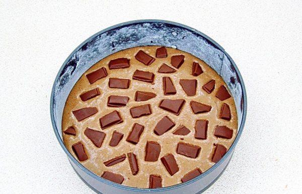 Тесто с кусочками шоколада в круглой форме для выпекания