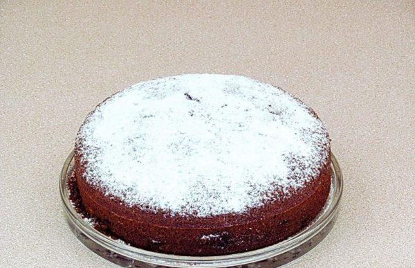 Шоколадный манник, посыпанный сахарной пудрой