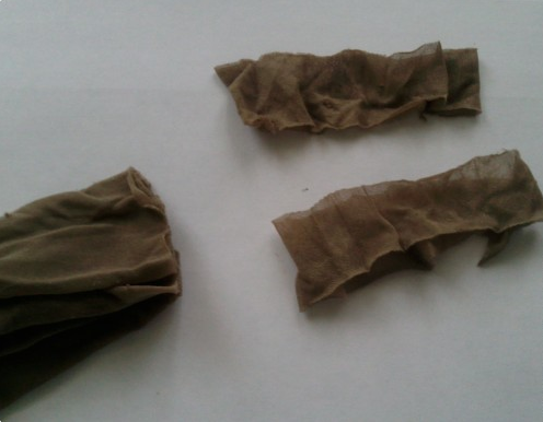Пряжа из колготок: этап разрезания чулка