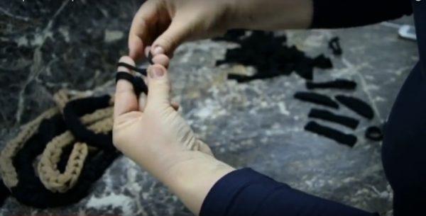 Плетение цепочки из колготок на пальцах