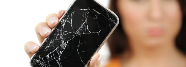 Разбитый телефон в руках девушки