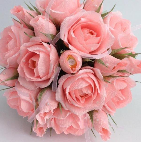 Букет из распустившихся роз с конфетами