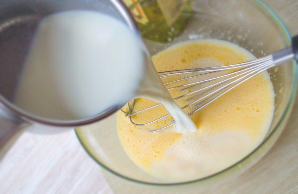 Молоко вливается в яичную смесь