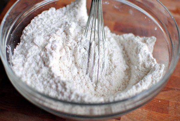 Перемешивание муки с содой