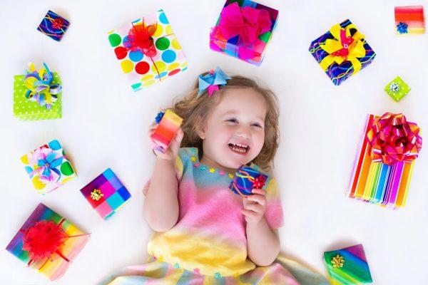 Девочка лежит в окружении коробок с подарками