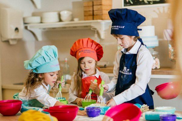 Дети делают тесто