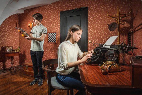 Парень и девушка в квестовой комнате по Шерлоку Холмсу