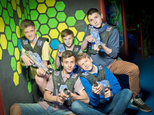Команда подростков с бластерами для Лазертага