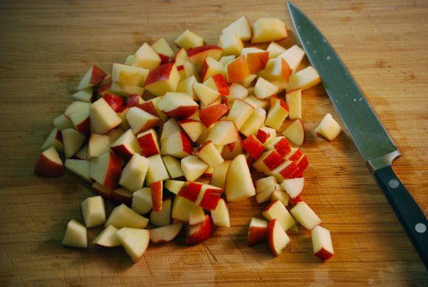 Нарезанное кубиками яблоко