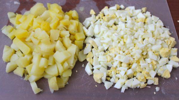 Порезанные кубиками яйца и картофель