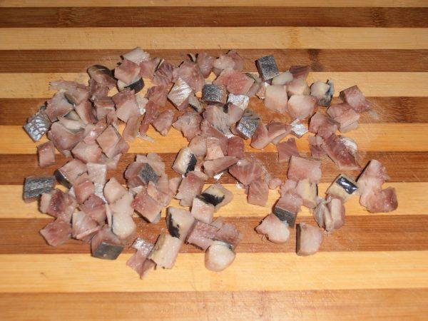 Селёдка, нарезанная кубиками