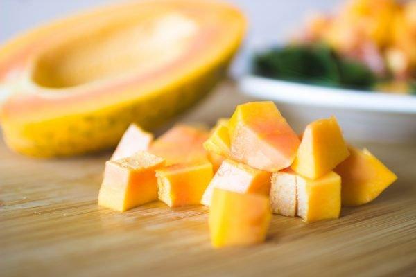 Кусочки папайи лежат на столе