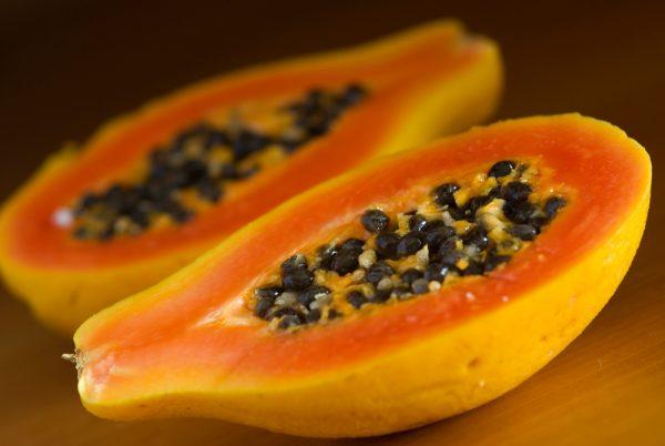 Спелая разрезанная папайя