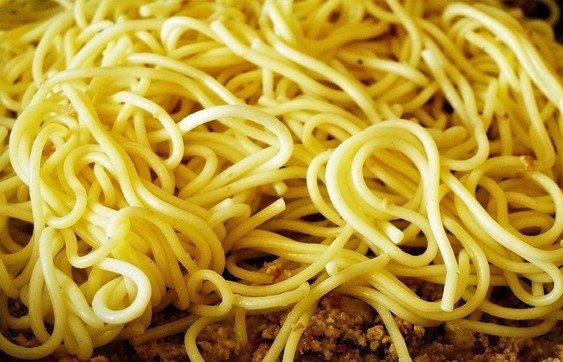 Отварные спагетти и обжаренный мясной фарш