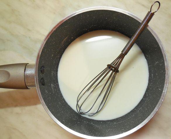 Молоко в сотейнике с металлическим венчиком