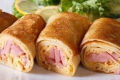 Блинчики с ветчиной и сыром - прекрасный вариант, чтобы порадовать близким вкусным завтраком