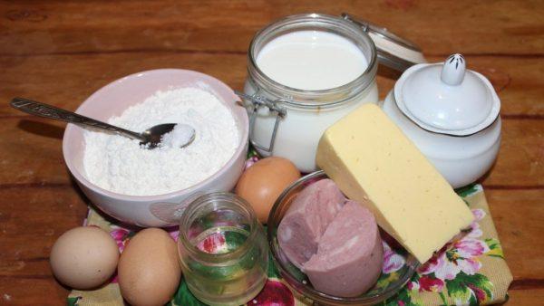 Продукты для приготовления блинчиков с ветчиной и сыром на столе