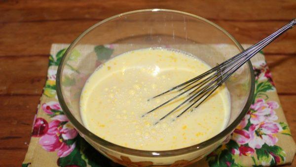 Смесь из яиц и молока в стеклянной миске с металлическим венчиком