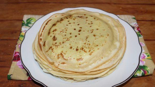 Стопка блинов на большой тарелке