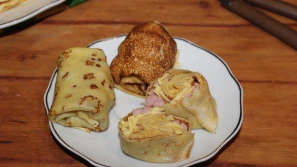 Блинчики с ветчиной и сыром на тарелке
