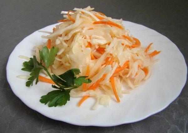 Салат из капусты и морковки на тарелке
