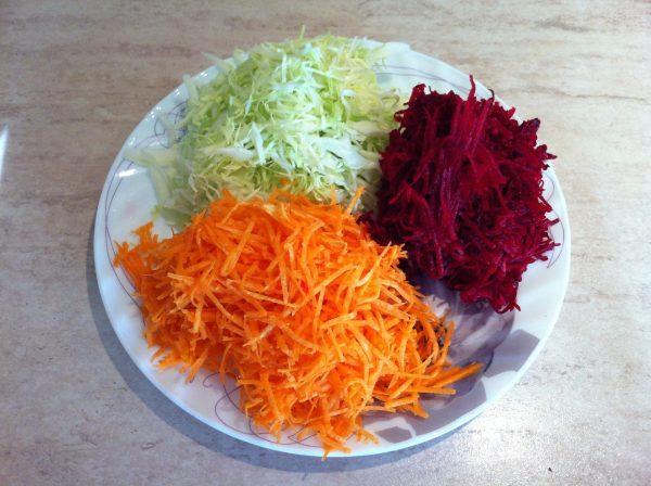 Нашинкованная капуста, тёртые свёкла и морковь