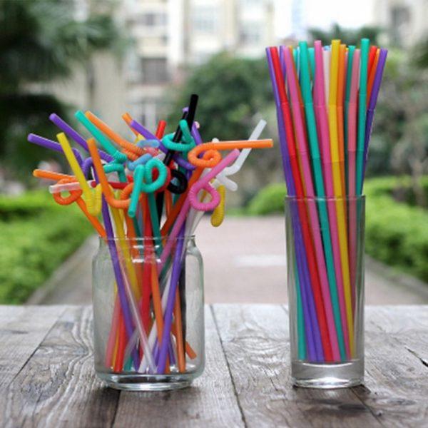 Соломинки для коктейлей в стаканах на столе