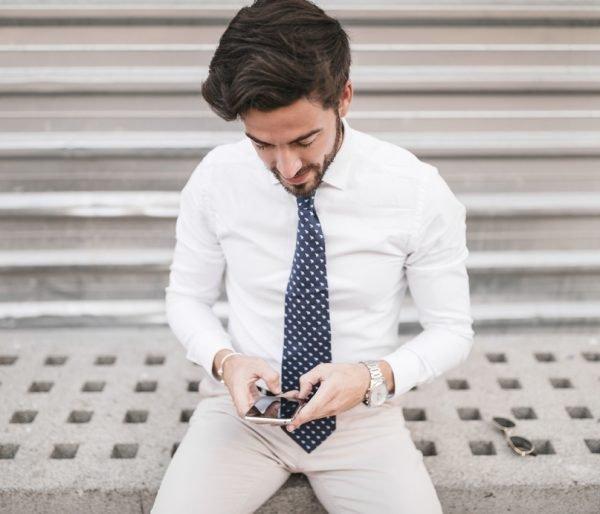 Телефон в кармане брюк