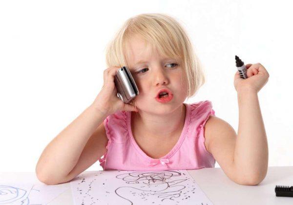 Ребёнок с телефоном