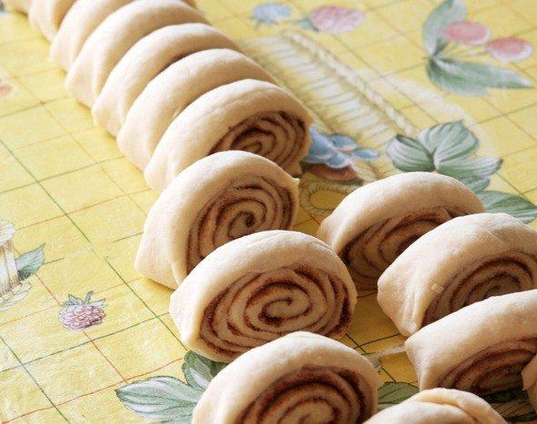 Заготовки для булочек с начинкой из корицы и сахара