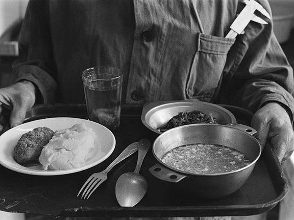 Поднос с обедом
