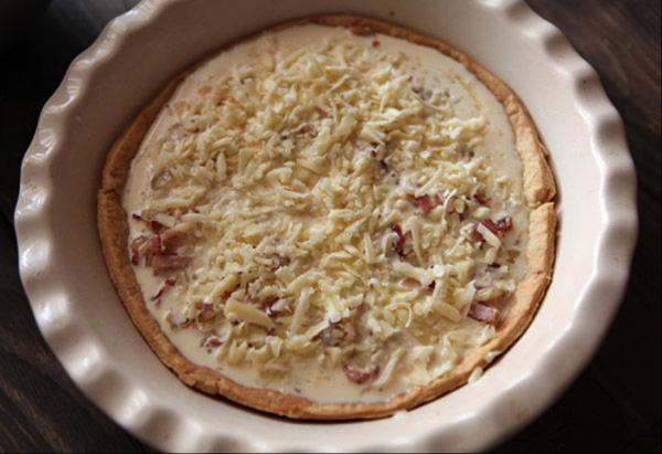 Заготовка для открытого французского пирога с сыром в форме для запекания