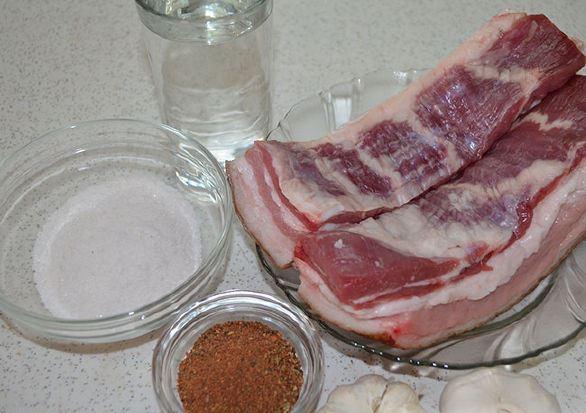 Продукты для засолки сала в холодном рассоле на столе