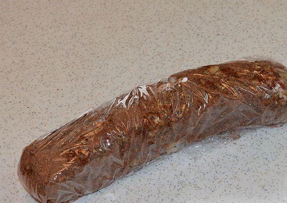 Кусочек сала со специями в пищевой плёнке